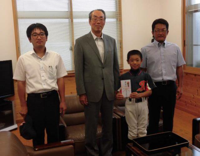 藤田社長より激励金が手渡されました