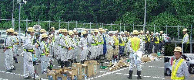 総勢90名による奉仕活動            藤田社長:「暑さが厳しいので、無理せず事故のないように」